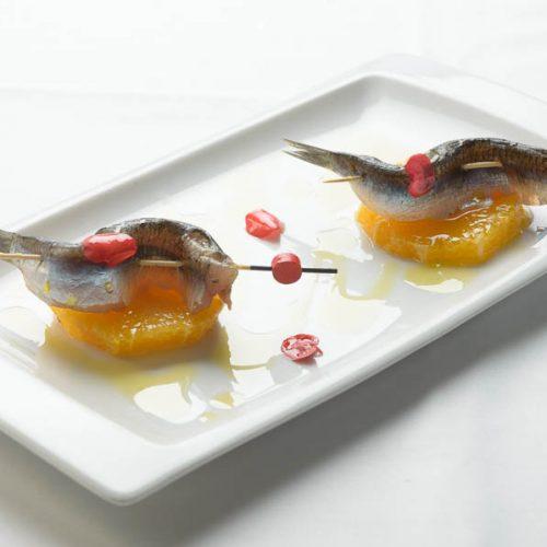 Boquerón marinado sobre rodaja de naranja